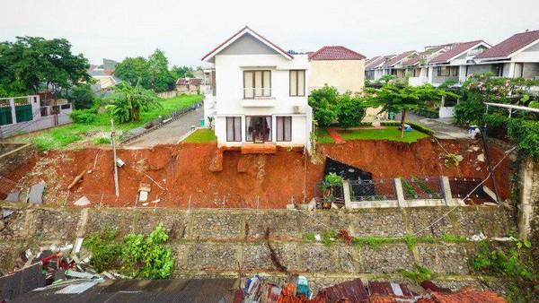Hujan Mengguyur Berujung Longsor Bikin Rumah 'Melayang' di Ciganjur