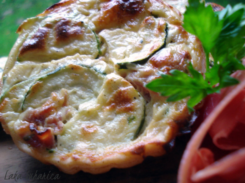 Tartlets with zucchini, Gorgonzola and prosciutto by Laka kuharica: delicious finger food wonderfully easy to make.