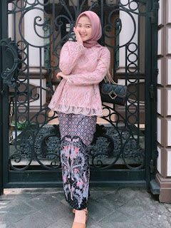 Model kebaya brokat modern hijab warna pink