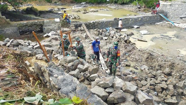 Bendungan Sungai Dibuat Personel Jajaran Kodim 0207/Simalungun Pada Kegiatan Pra TMMD Ke-112 Tahun 2021 Bersama Masyarakat