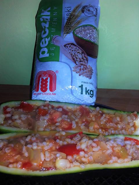 Cukinia z warzywami i kaszą jęczmienną