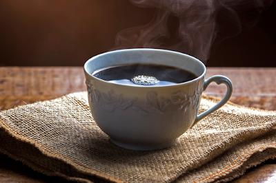 Pesquisa revela que tomar café de estômago vazio causa inúmeros efeitos colaterais e alterações de comportamento