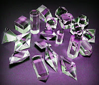 Çeşitli geometrik şekillerde kesilmiş kristaller
