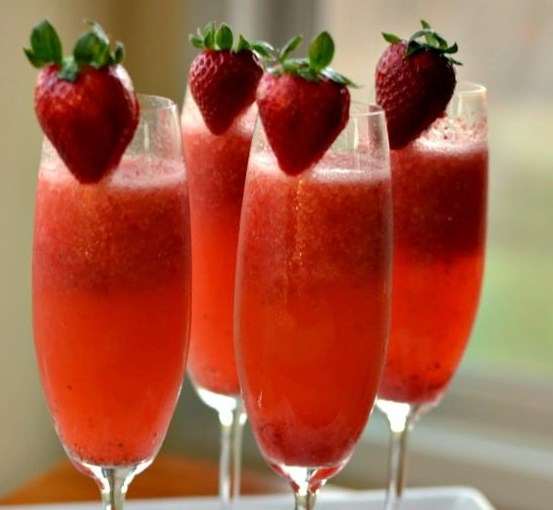 EASY FROSTY STRAWBERRY MIMOSAS #drinks #partydrink
