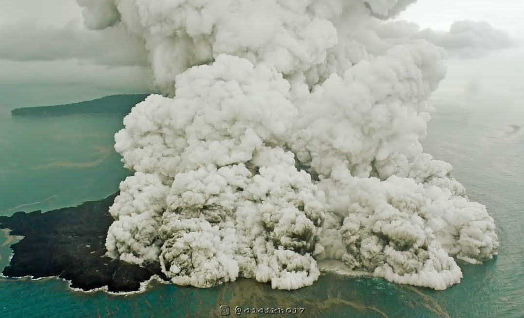 Indonesia: L'eruzione del Vulcano Krakatoa da un aereo in volo | Video Instagram.