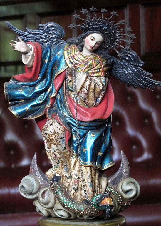 Nossa Senhora de Quito: a Imaculada esmaga o dragão infernal.