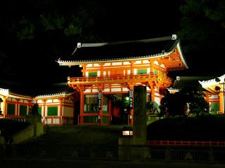 Fotografía de la puerta de entrada al Santuario de Yasaka Jinja (Minami-roumon)