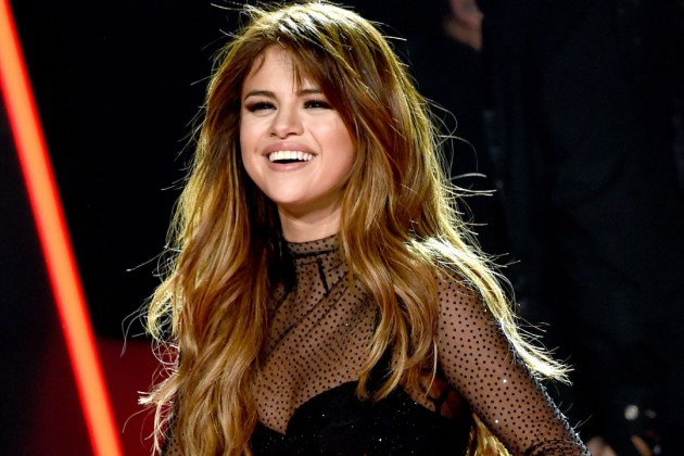 Selena Gomez recible placa por sus +20M de sencillos vendidos en Hollywood Records