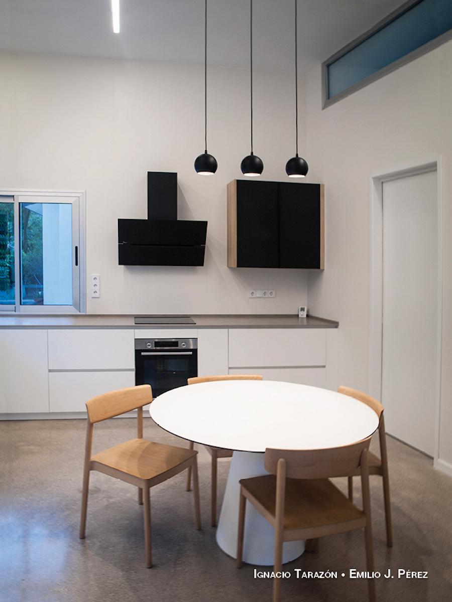 cocina amplia de estilo industrial con suelo de microcemento