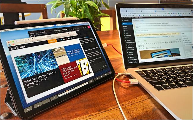 دويتو يقوم بتشغيل جهاز iPad متصل بجهاز MacBook كشاشة ثانية.
