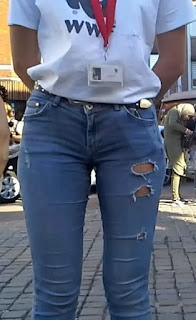 Rubia hermosa jeans apretados trasero redondo
