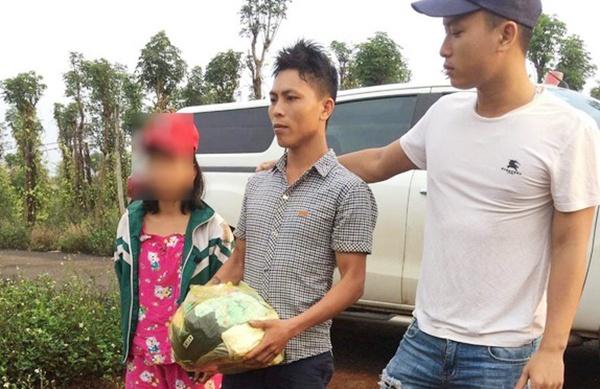 Nguyễn Trọng Khoát (giữa) khi được di lý từ tỉnh Đắk Nông về Nghệ An