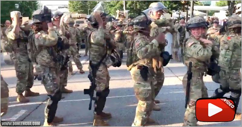 Militares norteamericanos bailan la Macarena junto a manifestantes anti-blancos