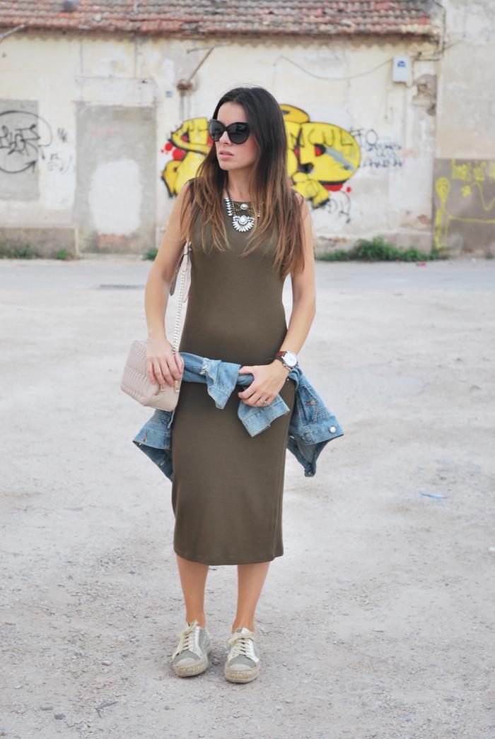 Vestido punto y zapatillas