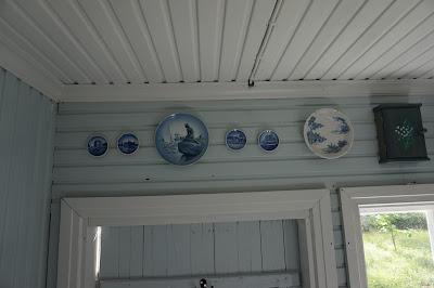 Eteinen, koristeet ja avainkaappi oven yläpulella