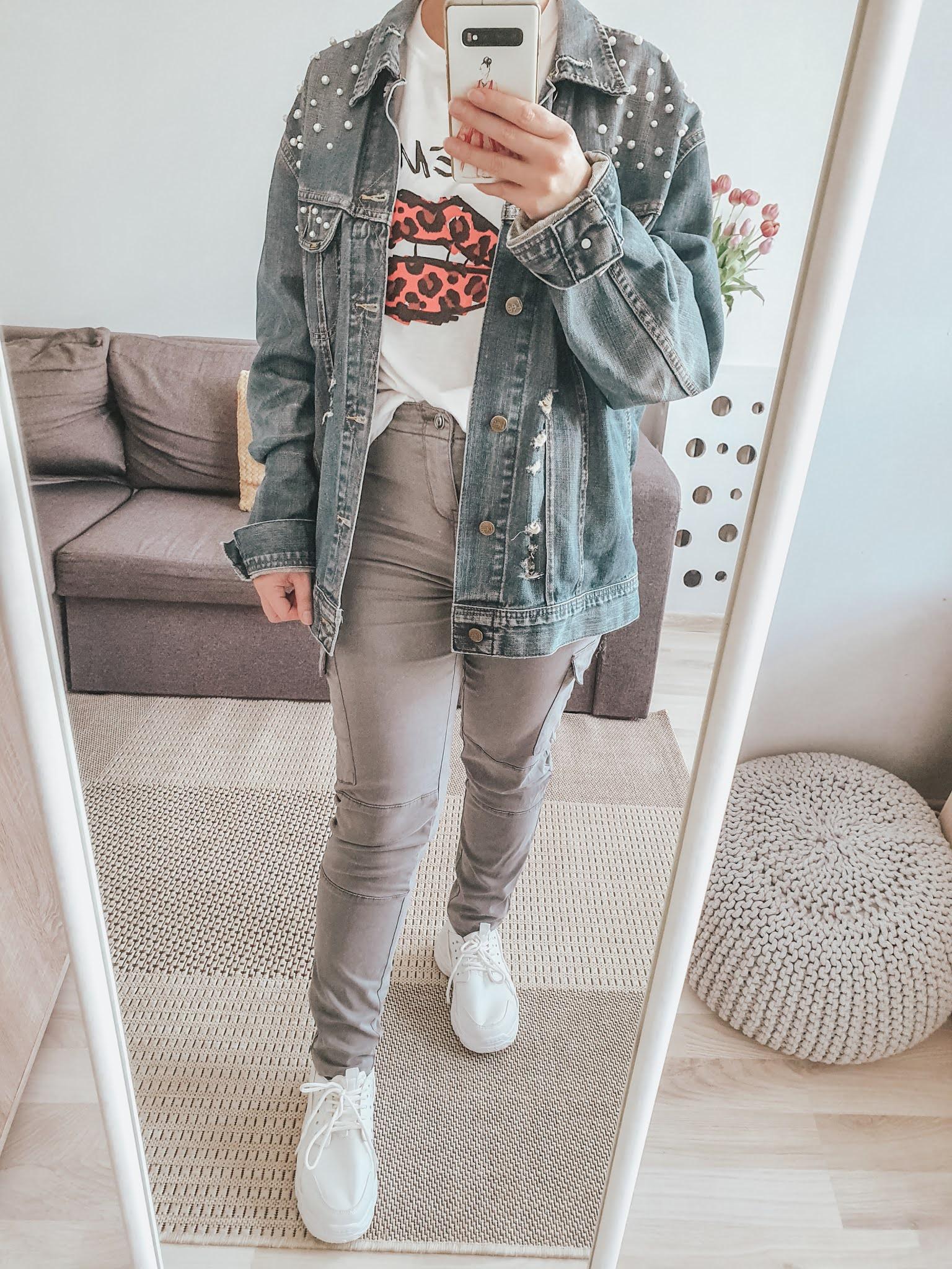Do tej stylizacji wybrałam spodnie w typie bojówek z kieszeniami po bokach, połączyłam je z adidasami na platformie oraz t-shirtem z nadrukiem ust. Ostatnio bardzo mi się podobają takie koszulki z nadrukami i staram się uzupełniać swoją kolekcję o takie modele. Stylizacja zdecydowanie na luzie.