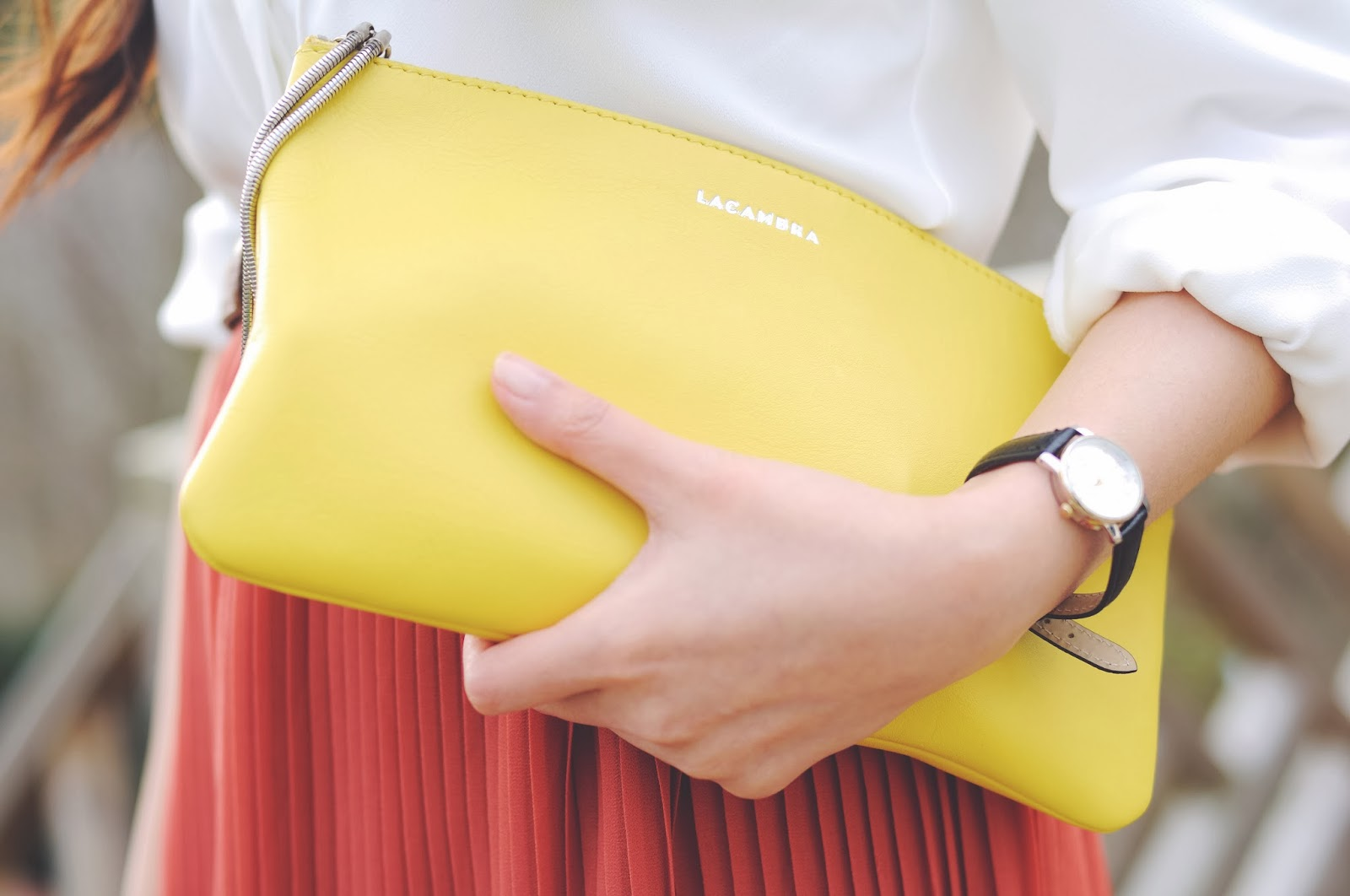 Yellow clutch bag, styling yellow bag