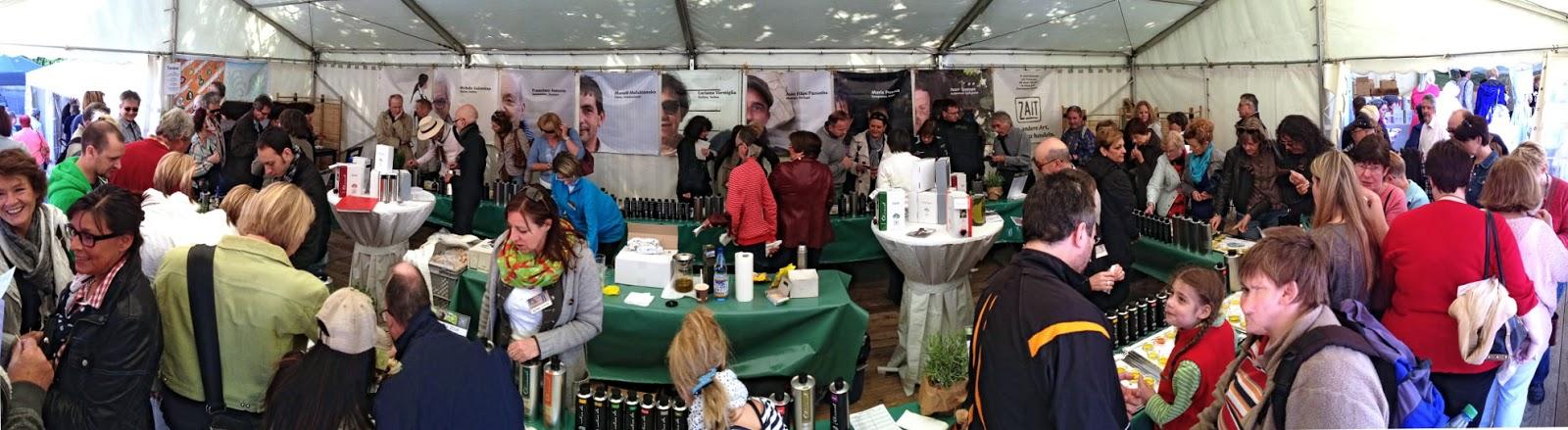 Im goßen Oliandi-Zelt an an mehrere Probierstationen das Olivenoel verkostet werden