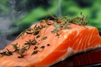 Le saumon d'élevage a généralement un colorant ajouté
