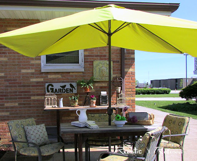 Outdoor dining on the patio