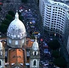 A imagem mostra multidões no Rio de Janeiro,na Candelária agora, manifestação começa a descer a Rio Branco nesse dia 11 de julho de 2013.