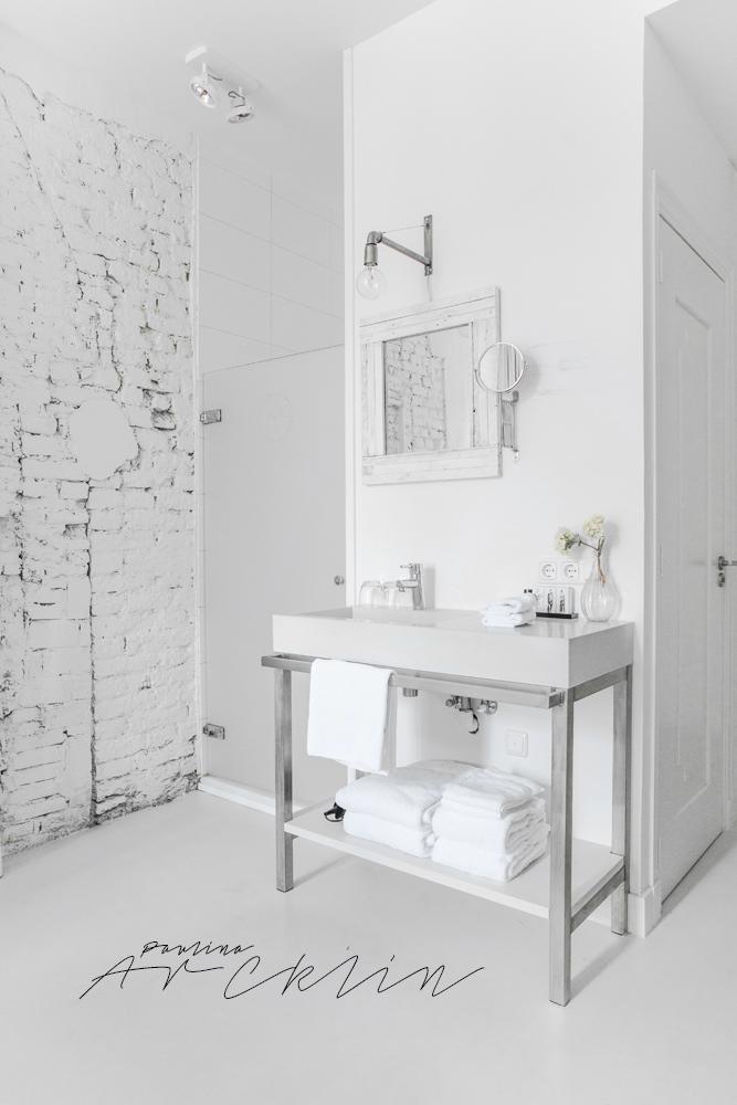 Bonita idea del lavabo en el dormitorio y el marco blanco del espejo hecho con listones de madera o paltes