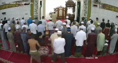 Seorang Pria Terobos Jamaah Sholat Subuh dan Peluk Imam Masjid, Pelaku Diantar ke RSJ
