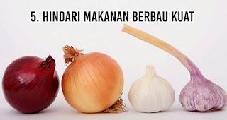Hindari makanan berbau kuat untuk mengatasi Masalah Bau Mulut