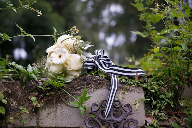 halloween+wedding+black+white+blue+red+rose+autumn+spooky+doll+head+skeleton+skull+wedding+reception+table+bouquet+offbeat+weird+unique+alternative+goth+gothic+bride+groom+kim+truelove+photography+1 - The Living meet the Dead