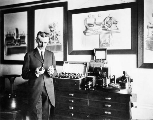 image of Nikolas tesla holding lamp