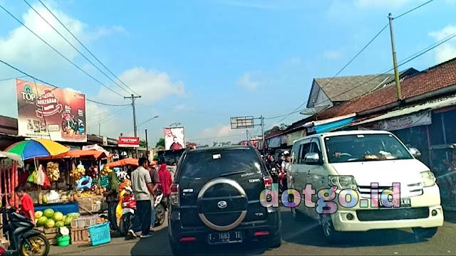 Pasar Kecamatan Karangkobar Kabupaten Banjarnegara di jalan lintas Dieng Peklaongan
