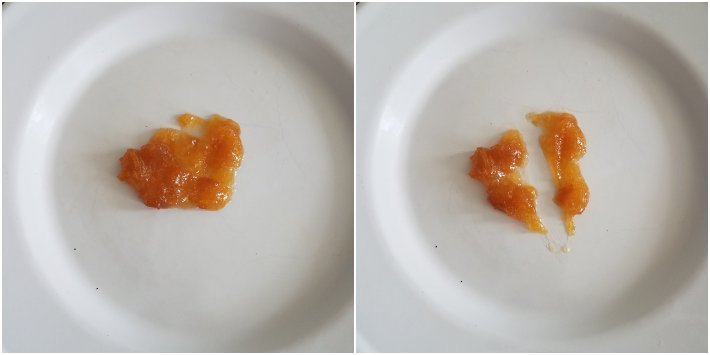 Probando el punto de cocción de la mermelada
