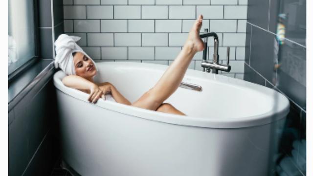 """<img src=""""bathing.png"""" alt=""""Woman in a bath"""">"""