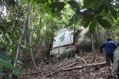 Papan Penanda perbatasan Indonesia dan Malaysia