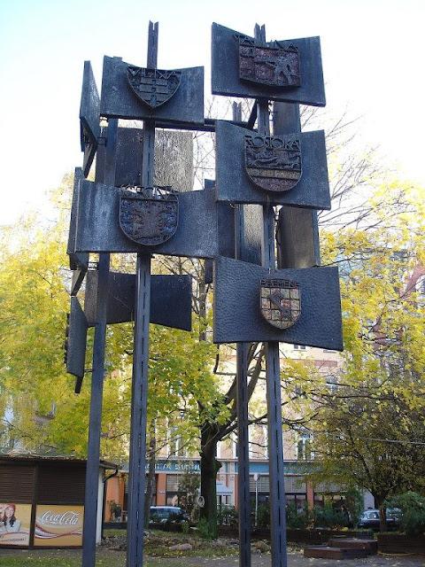 1997 год. Рига. Домская площадь. Скульптура с гербами городов-побратимых Риги, исчезнувшая из сквера в 2006 году