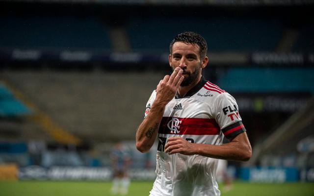 Isla  distribui camisas do Flamengo para jogadores do Unión La Calera