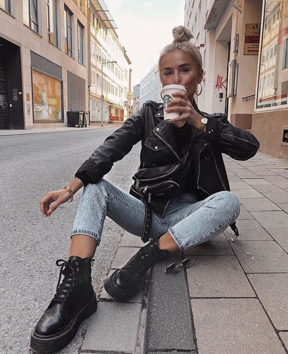 Look com calça jeans, jaqueta de couro e coturno preto