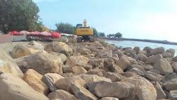 Pekerjaan Proyek Darurat Abrasi Pantai Padang, Menuai Sorotan Karena Hal Ini