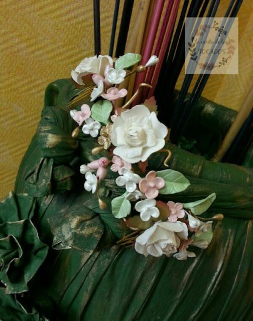 semicorona silvestre de porcelana en verde, rosa, dorado y crudo