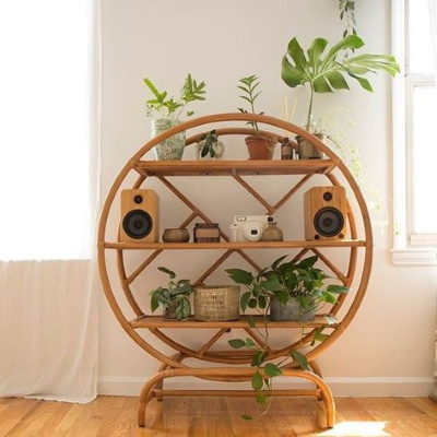 meuble vintage en rotin avec plante verte urban jungle