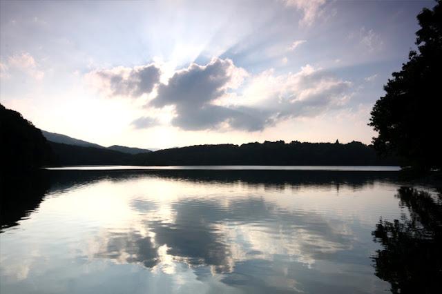 ホテルから程近い一碧湖は、朝夕で印象をがらりと変えます。朝日が湖面に映し出される風景は、自然の芸術といっても過言ではありません。この幻想的な風景を見るために、少しがんばって早起きをしてみるのもいいかもしれませんね。