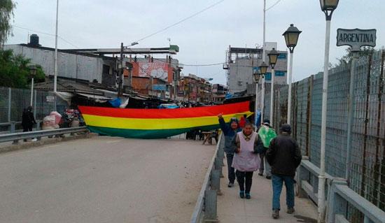 Bagalleros retoman bloqueo del puente internacional en Yacuiba