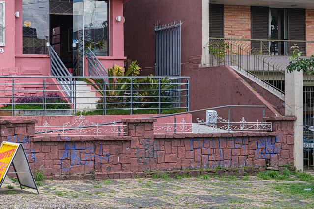 Casa na Rua David Carneiro - destaque para a grade no muro