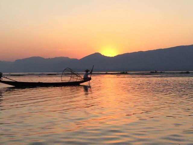 Lác đác trong ánh bình minh phía đông, bóng những người đánh cá tung lưới trên hồ. Hình ảnh những người đàn ông Inthar chèo thuyền bằng một chân trên chiếc thuyền độc mộc nhỏ bé, đã trở thành một nét văn hóa sinh hoạt đặc trưng của vùng hồ. Inle không chỉ thu hút du khách bằng vẻ đẹp hoang sơ, và những khu resort gần gũi với thiên nhiên, mà nơi đây còn là điểm đến của nhiều du khách muốn tìm hiểu về một vùng văn hóa có lịch sử khá lâu đời