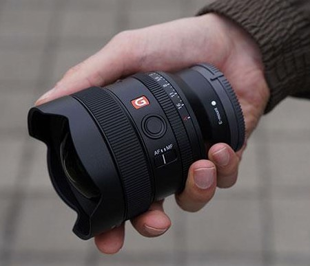 Объектив Sony FE 14mm f/1.8 GM в руке