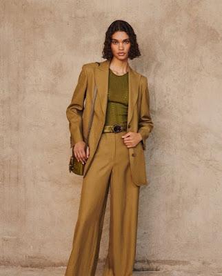 a wide leg traduz a busca por conforto e surge em versões que vão do jeans à alfaiataria.