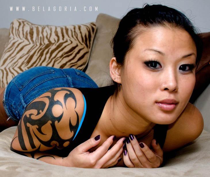 mujer con tatuaje tribal en el hombro