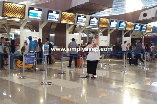 CHECK IN COUNTER : Dalam Terminal 3 Ultimate Di Soekarno Hatta inilah para penumpang bisa langsung check in. Datanglah 1 jam lebih awal. Foto Asep Haryono