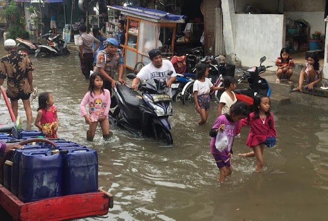 Genangan Air Akibat Hujan, Kapolsek Sunda Kelapa Turun Ke Lokasi