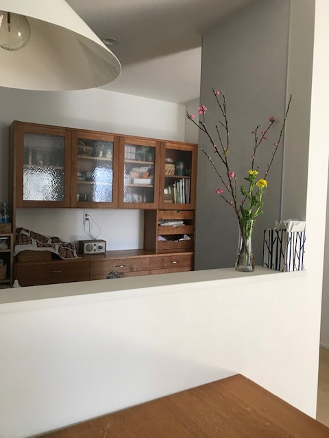 チェリー無垢の木の壁面食器棚